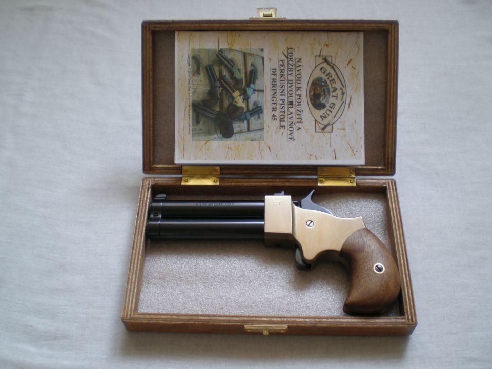 Derringer se dodává v dřevěné kazetě