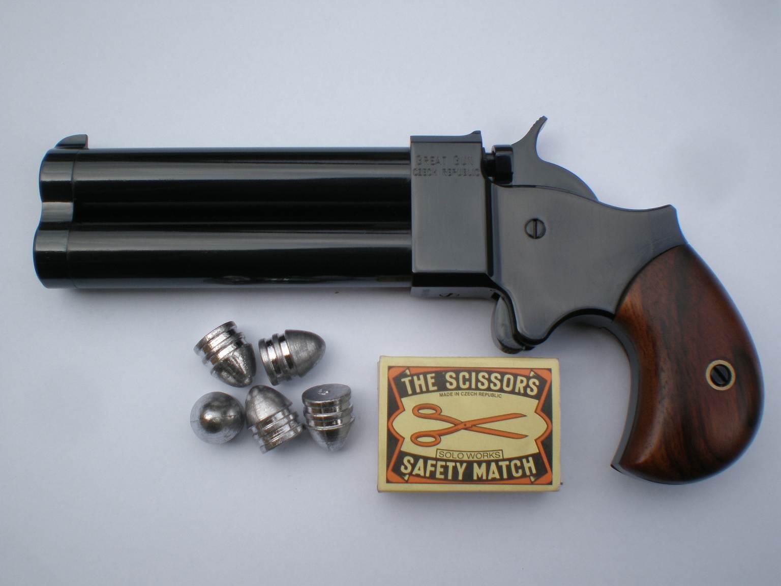 Derringer .54 se střelami a krabičkou zápalek